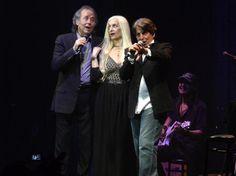 Nota Serrat en Rosario. Serrat recorrió sus 50 años con la música en un emotivo show en el Metropolitano Comparte La Capital.