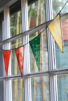 Recycled Glass Pennants by TaDahpdx on Etsy Stained Glass Crafts, Stained Glass Designs, Stained Glass Patterns, Stained Glass Windows, Mosaic Glass, Fused Glass, Mosaic Mirrors, Mosaic Art, Casa Hygge