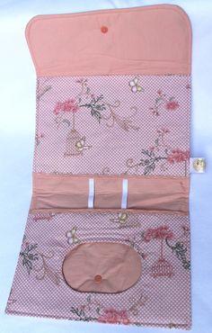 Lindo kit para manter organizados os ítens indispensáveis para higiene do bebê: fraldas, lenços umedecidos e pomada.    Dessa forma, nada ficará jogado na bolsa. Tudo ficará devidamente organizado.    Os kits ão confeccionados em tecido 100% algodão. O fechamento da bolsa é com velcro. Há espaço ...