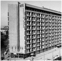 CAFETERIA FORMIGAL DEL HOTEL CORONA DE ARAGONZaragoza-Ocio años 1970 Hotel Corona, Spain, Photo Wall, Outdoor Structures, Building, Zaragoza, Old Maps, Tall Boots, Antique Photos