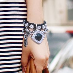 「Stiletto」は、女性の安全をサポートする防犯スマートジュエリーでファッションとしてもスタイリッシュに身につけることができます。