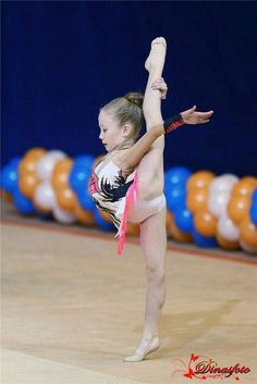 How to choose Gymnastics equipment for rhythmic gymnastics? Flexibility Dance, Gymnastics Flexibility, Acrobatic Gymnastics, Olympic Gymnastics, Gymnastics Girls, Amazing Flexibility, Gymnastics Clubs, Olympic Games, Amazing Gymnastics