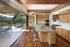 cuisine rustique moderne avec baie vitrée vers la terrasse