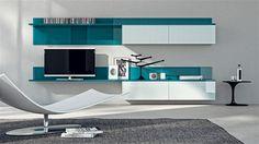 Entrambi in sospensione gli elementi che includono moduli con ante in vetro lucido Ghiaccio, mensole e schienali laccato lucido Blu Baltico, progettati per la parete di un'area soggiorno.