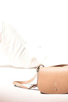 SADLE BAG BY BOBOS: Y no te olvides de llevar todo lo necesario dentro de nuestro bolso de piel artesanal: Saddle Bag, o los conocidos como bolso con forma de silla montar. Que nosotros hemos nombrado Babieca, en honor a la yegua del Cid Campeador. #bolsocuero #gauchobag #madeinspainbag #recycledleather #pielreciclada Bolso de piel de cordero reciclada . Recycled lamb leather bag