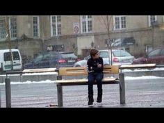 """坂井直樹の""""デザインの深読み"""": 凍結する寒さの中、ジャケットなしにベンチに座るロンリー·ボーイ。それを見る人々の反応を見てください、泣けてきます。"""