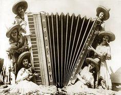 Das Riesenakkordeon, 1937 von Glaß-Magister gebaut, steht heute im Musikinstrumenten-Museum Markneukirchen. Es war Teil der Doorlay-Revue und wurde von sechs Akkordeonistinnen gleichzeitig gespielt. 128 Diskanttasten, 360 klingende Bassknöpfe. In Klingenthal sollte ein Gebläse eingebaut werden, damit das 100 kg schwere Instrument einfacher zu spielen wird. Dann wurde es nicht abgeholt. Stichworte: #Accordion #World #Photography #Vintage #Giant