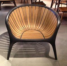 """Novas cadeiras ao ar livre de Gloster """"Bella"""" cadeira em alumínio fundido.   Fixá-lo O novo, incomum, bonito teca """"Bella"""" cadeira em alumínio fundido."""