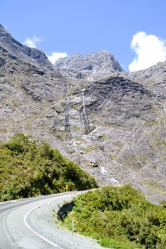 Road to Milford Sound: spectacular sights on the drive between Te Anau and Milford Sound, Fiordland, South Island New Zealand,   ©thewholeworldisaplayground