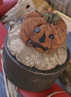 Pumpkin Pinkeep Box: Oldethreads on Etsy Halloween Doll, Fall Halloween, Halloween Crafts, Halloween Ideas, Primitive Fall, Primitive Crafts, Felt Crafts, Fabric Crafts, Wooly Bully