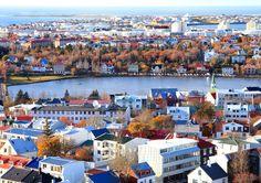 Les voyageurs qui se rendent en Islande sont à la recherche d'une nature sauvage et époustouflante. La petite capitale, Reykjavik, sans grand intérêt visuel, est surtout connue pour ses nuits branchées et agitées. Durant la journée, allez faire du shopping sur Laugavegur ou vous promener atour du lac de Tjörnin près de la mairie. A faire : faire un tour au Kolaportið, aller danser au Sircus, prendre un petit déjeuner islandais au Grai Kötturinn.