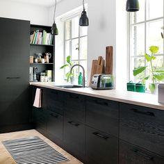Tre lamper henger på rekke og rad i det stilige kjøkkenet i svarbeiset eik 👏🏼 Se hele rommet i april-utgaven vår! #jkedesign  Foto: Ejgil Lihn/The blue rom
