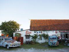 Känsla av en fransk småby på Kutens Bensin på Gotland. Kuta, Home And Garden, Gardens, Cabin, House Styles, Home Decor, Nature, Tips, Room Decor
