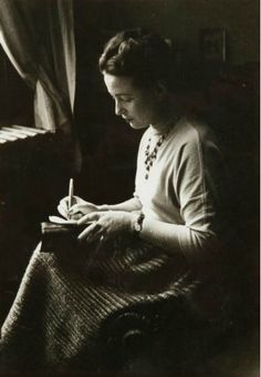 Simone de Beauvoir, the day of the Prix Goncourt, next to a window writing, Paris, Photo by Gisele Freund. Writers And Poets, Writers Write, Good Books, My Books, Jean Paul Sartre, Book Writer, Lectures, Belle Photo, Nostalgia
