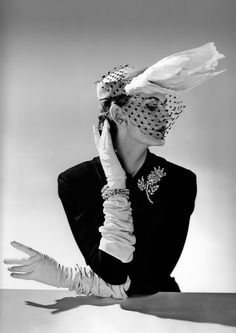 sculptural couture: Jacques Fath outfit – Vogue 1951 Vintage elegance. Photographer Willy Maywald