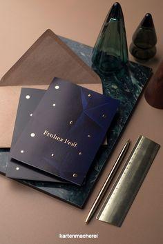 Edle Weihnachtskarten in Dunkelblau & goldener Folienveredelung.Die Weihnachtszeit bietet die Gelegenheit, die Verbindung zu deinen Kunden und Geschäftspartnern weiter zu stärken. Mit geschäftlichen Weihnachtsgrüßen verleihst du deiner Wertschätzung Ausdruck und wünschst frohe Weihnachten. Company Christmas Party Ideas, Christmas Is Coming, Father's Day, Invitation Cards, Christmas Time