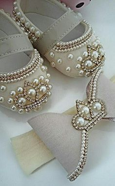 How to make baby shoes with pearls - sebile - - How to make baby shoes with pearls - sebile Baby Bling, Baby Girl Shoes, Girls Shoes, Wie Macht Man, Crochet Baby Shoes, Shoe Pattern, Doll Shoes, Baby Crafts, Baby Booties
