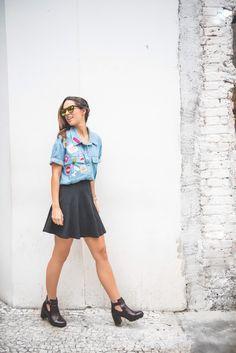 Os Patches foram tendência de moda no final dos anos 80 e no começo dos anos 90 e agora, adivinha? Voltou com tudo! Se inspire nesse look com os bordados na camisa jeans, combinado com saia preta e bota ankle boot.