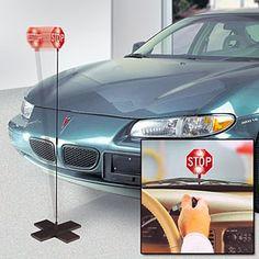 """Parkera perfekt varje gång du kör in i garaget med stopp-ljuset """"Parkeringsvakten"""". När stötfångaren nuddar den flexibla glasfiber-stolpen blinkar det starka röda ljuset så att du vet att du ska stanna. Parkeringsvakten hindrar att du kör in i väggar eller andra saker i garaget. http://www.smartasaker.se/parkeringsvakt.html"""
