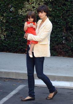 Actress - atriz - actriz - hair - cabelo - pelo - eye - olho - ojo - blue - azul - beautiful - bonita - hermoso - moda - look - style - estilo - inspiration - inspiração - inspiración - fashion - elegante - elegant - blazer - jeans - sapatilha - preta - dress - vestido - red - vermelho - Gold Shoes - Bonpoint - child - criança - niña - menina - girl - Princess - princesa - baby - bebê - daughter - filha - hija - mother - mãe - madre - mom - mamãe - mamá - july - 2008 - Katie Holmes - Suri…
