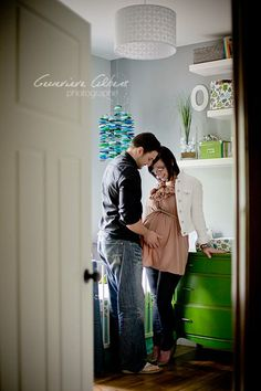 Lifestyle maternity session: love to peeping in the door