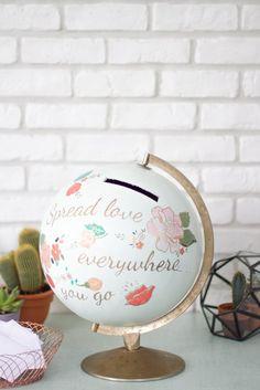Personnalisez un ancien globe terrestre avec les peintures Satinelle et les pochoirs Éléonore Déco http://www.eleonore-deco.com