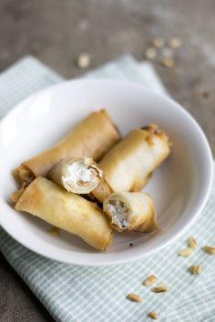 Loempia's met geitenkaas en honing (6 stuks): 6 vellen filodeeg - 60 g geitenkaas - honing - pijnboompitten - water
