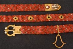 The belts were made of textile, tablet-woven material, leather with or without fabric covering. Objects of representation were especially a buckle and a tongue-piece (engraved, wrought, trimmed with stones or drizzling of other metals). Medieval Party, Medieval Belt, Medieval Life, Medieval Costume, Medieval Fashion, Tablet Weaving Patterns, Soldier Costume, Renaissance Clothing, Woven Belt