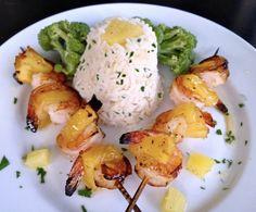 Σε ρόλο εραλδικού κρίνου, γλυκόξινες, ψητές, καραμελωμένες γαρίδες με ανανά, δίπλα σε αρωματισμένο με μπαχαρικά ρύζι και μπροκολάκια. Hawaiian, Shrimp, Pin Up, Recipies, Eggs, Chicken, Meat, Breakfast, Food