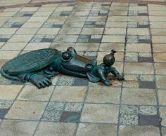 Jacaré Anticapitalista, Nova York, Estados Unidos - Desde 2001, uma série de esculturas feitas pelo artista Tom Otternesse decora os corredores da estação de metrô da 8th Avenue com a 14th Street. Uma das mais curiosas é a que representa um jacaré saindo de um esgoto para atacar um capitalista ilustrado com um saco de dinheiro no lugar de sua cabeça Foto: Philip Clifford