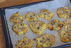 Knuste kartofler med hvidløg rosmaring og parmesan Parmesan, Good Food, Potatoes, Chicken, Meat, Ethnic Recipes, Lund, Nye, Potato Salad