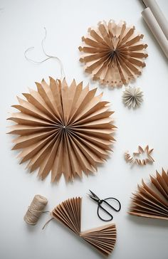 DIY: paper stars (trend trends) - Joyeux - DIY: paper stars Informations About DIY: Pappersstjärnor (Trendenser) Pin You can easily use my pr - Natural Christmas, Noel Christmas, Simple Christmas, Winter Christmas, Christmas Ornaments, Christmas Paper, Christmas Origami, Decoration Christmas, Xmas Decorations
