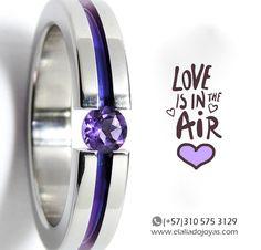 En San Valentín regala un anillo de compromiso en titanio brillante canal violeta con amatista natural. #anillos #anillosdecompromiso #bodas #matrimonio #joyeriacontemporanea #titanio www.elaliadojoyas.com, info@elaliadojoyas.com, ☎️Whatsapp: (+57) 3105753129 - (+57) 3008899928 Bogotá, Colombia. Recibimos tarjetas débito y crédito. ✈️Envíos dentro y fuera del país