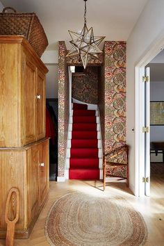 Stairs - Mews House in London, Liberty wallpaper Liberty Wallpaper, Room Wallpaper, Wallpaper Ideas, Print Wallpaper, White Wall Bedroom, White Walls, Narrow Staircase, Interior Staircase, Staircase Ideas