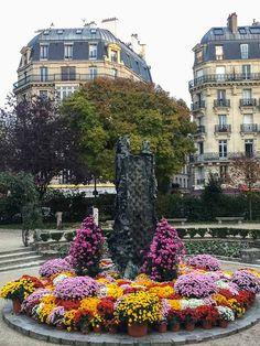 La fontaine Saint-Julien le Pauvre fleurie de chrysanthèmes (#Paris 5e) @notredameparis http://www.pariscotejardin.fr/2017/11/la-fontaine-saint-julien-le-pauvre-fleurie-de-chrysanthemes-paris-5e/