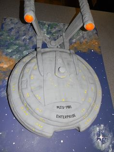 Star trek enterprise cake. This is pretty neat! I would totally get this as a grooms cake... If I ever get married... If I ever marry a Star Trek fan... Ok I most likely will never see it it person haha!
