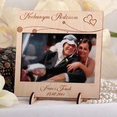 Drewniana ramka na zdjęcia ślubne grawerowana laserowo z serduszkami.