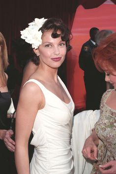 Ashley Judd at The Oscars in 1998 Best Oscar Dresses, Ashley Judd, Celebs, Celebrities, Beautiful Actresses, American Actress, Style Icons, One Shoulder Wedding Dress, Flower Girl Dresses