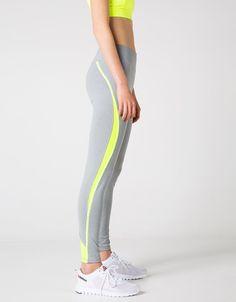 Legging básico sport detalle lateral. Descubre ésta y muchas otras prendas en Bershka con nuevos productos cada semana