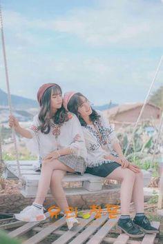 Korean Couple Photoshoot, Bff Poses, Friend Poses Photography, Best Friend Poses, Korean Best Friends, Princess Flower Girl Dresses, Korean Girl Photo, Teen Girl Poses, Photoshoot Themes