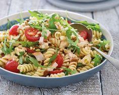 Een recept voor koude pastasalade met pittige pesto, gerookte kip, mozzarella, pijnboompitten, rucola en cherrytomaten. Lekker voor de lunch of als diner!