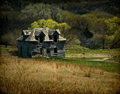 Pinner says:There are a lot of abandoned places like this on the prairies and old farms in the Pembina Valley where we live. Abandoned Property, Old Abandoned Houses, Abandoned Castles, Abandoned Buildings, Abandoned Places, Old Mansions, Abandoned Mansions, Spooky Places, Haunted Places