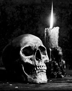 cráneo y vela en blanco y negro - Totenköpfe Schädel Helme Skulls Masken - Tatuajes New York Christmas, Cozy Christmas, Christmas Lights, Silver Christmas, Christmas Things, Korean Wallpaper, Skull Wallpaper, Wallpaper Desktop, Iphone Wallpapers