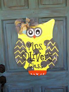 chevron owl door hanger custom, Would love if it had our LAST NAME! Halloween Classroom Door, Owl Theme Classroom, Classroom Ideas, Diy Halloween Door Decorations, Easy Halloween Crafts, Burlap Door Hangings, Owl Door Hangers, Pumpkin Door Hanger, Cute Presents