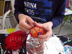 μικρή κουζίνα: Πώς βάφουμε αυγά με κλωστές Christmas Bulbs, Easter, Holiday Decor, Garden, Garten, Christmas Light Bulbs, Easter Activities, Lawn And Garden, Gardens