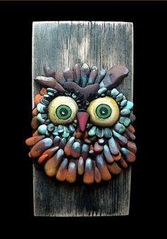 Cool painted stone owl on wood Michela Bufalini, Quadri di Pietra / Pebble Art Pebble Painting, Pebble Art, Stone Painting, Rock Painting, Pebble Mosaic, Painted Rocks, Hand Painted, Rock And Pebbles, Owl Crafts
