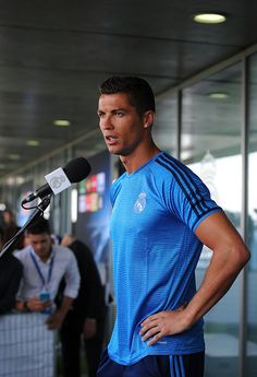 Cristiano Ronaldo of Real Madrid talks to members of the press at the mixed zone after the team training session at the Real Madrid Open Media Day ahead of the UEFA Champions League Final against. Get premium, high resolution news photos at Getty Images Ronaldo Juventus, Cristiano Ronaldo Lionel Messi, Barcelona Soccer, Fc Barcelona, Real Madrid Manchester United, Ronaldo Photos, Soccer Girl Problems, Soccer Quotes, Gareth Bale