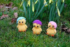 Nä nu är det väl dags för ett gratismönster igen!? Denna gången blir det en liten kyckling med äggskalet lite påsned. Dom ser lite bekymrad...