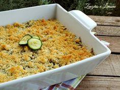 Questo crumble salato di zucchine alla robiola è un piatto perfetto da servire come antipasto, magari in piccole pirofiline monoporzione.