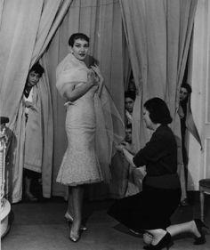 Milano. Maria Callas prova gli abiti alla sartoria Biki.